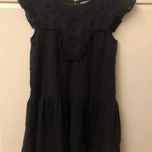 Superfin och romantisk svart klänning med fina detaljer. Från Zara kids men funkade för mig när jag var 161  cm