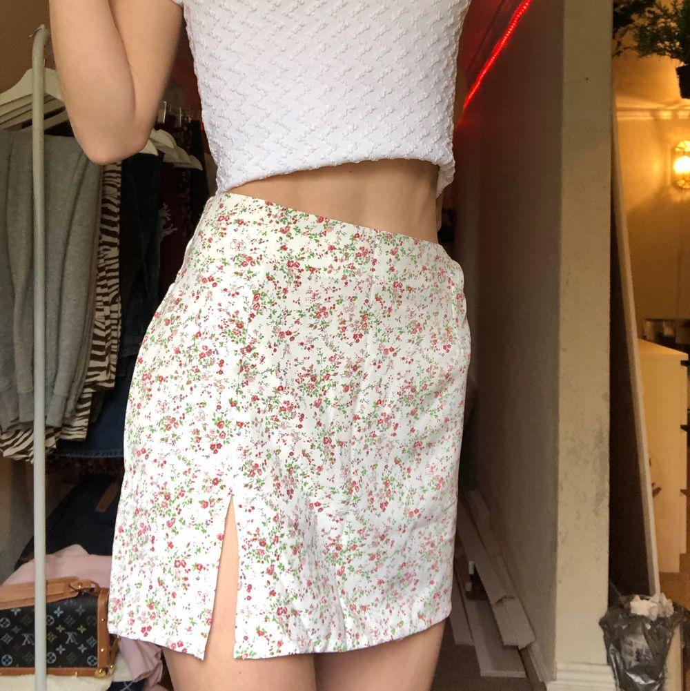 Jättefin blommig kjol perfekt till sommaren! Jag har 36/38 i vanliga fall men den passar nog 34-38 då den är stretchig :) Kan både mötas upp i sthlm eller frakta😇. Kjolar.