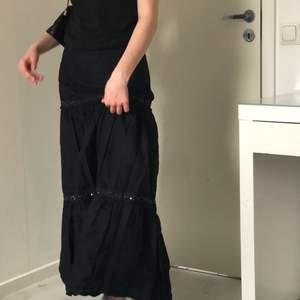 Kjol i svart med detaljer.