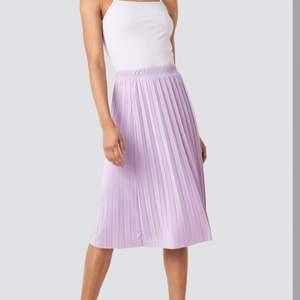 superfin kjol ifrån nakd! bilden gör inte färgen rättvisa:( orginalpris: 199kr. köparen står för frakt 💜📦