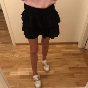 Säljer min svarta kjol från Neo noir, så fin och verkligen den perfekta volangkjolen!! Kommer dock till för lite användning därav bra skick!!💗💗 står inte för frakt!