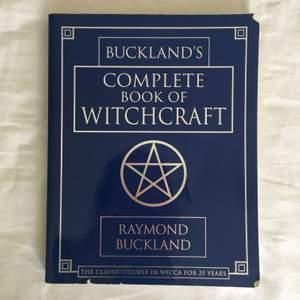 Jättebra bok för dig som vill börja med witchcraft och/eller wicca. Även bra för dig som utövar att ha den här boken att basera din grimoire på. Jättefint skick med vackra illustrationer och är en av dem mest populära böckerna inom wicca och witchcraft. Rekommenderar den här boken till alla som vill bli eller är en witch!