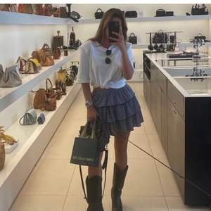 HÖGSTA BUD 380kr             Säljer kjolen på bilden från Zara storlek S! Buda i kommentarerna eller privat med 20kr mellan varje bud💞💞 knappt använd