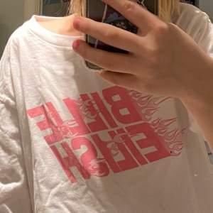 Supersnygg Billie Eilish t-shirt med flammor, men inte min stil då jag inte gillar Billie Eilish lika mycket, rosa passar inte så bra på mig heller! Jag är xs och den är ganska oversized på mig så borde passa från xs-m! Nypris:runt 180kr! Mitt pris:60kr! När jag postar så stryker jag den såklart!