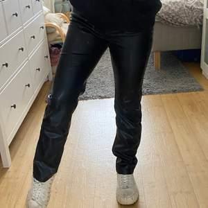 Supersnygga raka skinnbyxor från weekday! Perfekt modell! Möts upp i Stockholm eller fraktar 💕😄
