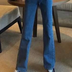 Helt nya bootcut jeans från Cubus, sitter och formar sjukt bra, aldrig använda då dem är för långa för mig (jag är 160) köpte dem innan julen för 599kr. budgivningen avslutas nästa fredag:)