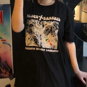 Oversized snygg black sabbath t-shirt i storlek L. Helt i nyskick, säljer pga att den inte kommit till användning. Köparen står för frakten!✨