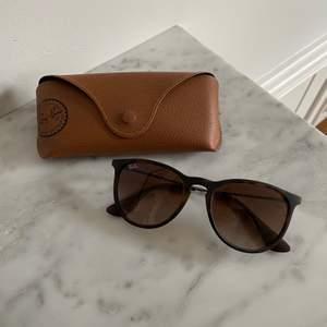 Bruna Ray-ban solglasögon i modellen erika. Super bra skick!!