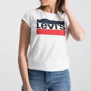 Säljer en vit Levis t-shirt i storlek 158 cm, aldrig använd, 100 kr + frakt