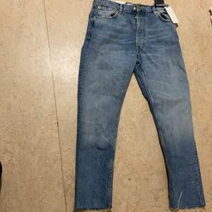 Jeans/byxor från zara aldrig använda pris lapp finns kvar 💙💙 storlek 36 men funkar även för folk som har 34