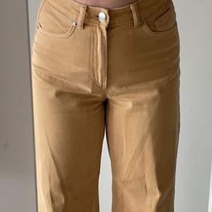 Jättefina wide leg jeans från monki i färgen senapsgul, storlek 25, säljer då de inte kommer till användning 💞köparen står för frakten