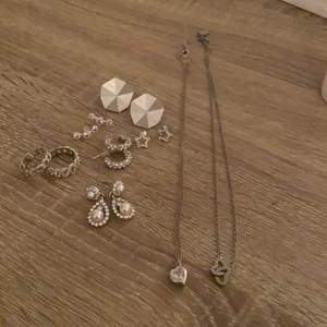 Säljer detta sätt med silvriga smycken från olika butiker, säljer allt för 150kr men om du bara vill ha en sak borde det gå 🥰