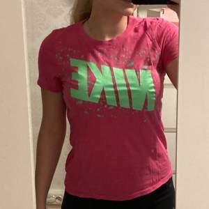 rosa T-shirt med neon grön Nike text på❣️ storlek S❣️ Kan skickas om köparen står för frakten
