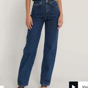 Vida mörkblåa jeans från nakd med högmidja. Dragkedjan har gått sönder så den måste man laga säljer därför för 100kr nypris 500kr. Skriv för fler bilder🥰🥰 storlek 32.