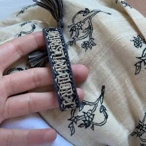Säljer nu mitt armband från Dior, köpt på Vestiaire. Bevis på detta medföljer. Äkta såklart. Frakt ingår, skickas spårbart.