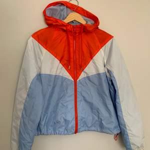 Color-block jacka från H&M. Storlek 38. Betalning sker via Swish. Säljes då den inte kommer till användning.