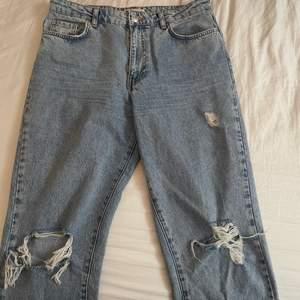 Jätte fina mom jeans från ginatricot med slitningar. Dom är i storlek 42 men skulle säga att dom motsvarar 38/40. Säljer då dom är alldeles för stora för mig och därav aldrig använda.