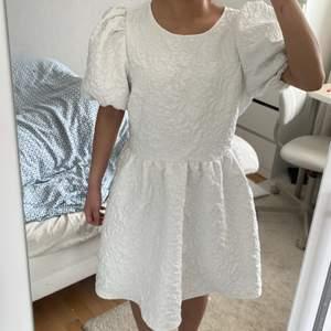 Vit fluffig klänning från Cubus strl 40