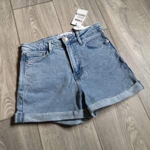 Nya jeanshorts, denimshorts i storlek 40. Nya med lappar. Hög midja. Stretchiga. (Bilderna blev av någon anledning randiga i appen, är bara att slänga iväg ett meddelande om man vill ha fler bilder).