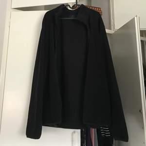 En jättemysig stor svart fleecetröja som jag köpt på H&M i storlek XXL. Har även fickor! Använd ett fåtal gånger och inga skador eller liknande förutom några noppror på ena armen(???). Säljer för 90kr + frakt.