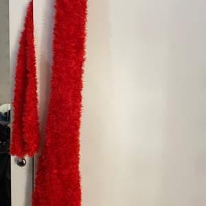 Supermysig röd halsduk, som tyvärr inte kommit till användning. Pris 40kr