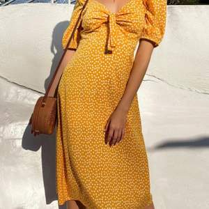 Jätte fin klänning från SHEIN i storlek M ( inte mina bilder)