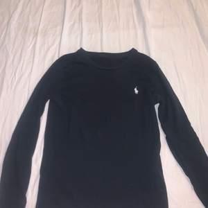 Säljer min svarta långärmade polo tröja som är i bra skick, använt ett par gånger. Dm vid intresse