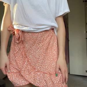 Jättefin kjol från gina som är använd fåtal gånger. Frakt tillkommer