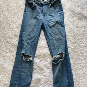 """Jag säljer mina """"Molly destroyed jeans"""" från Gina Tricot. De sitter tajt och är högmidjade, och de har hål vid båda knäna. Säljs pga att de inte kommer till användning längre. ✨✨"""