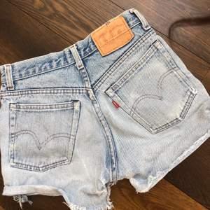 Säljer dessa skit snygga vintage Levis jeansshorts . Lappen där det står storlek är urtvättad därför vet jag ej exakta storlek men jag skulle säga att de är som en s/36. BUDAA!!!❤️❤️❤️