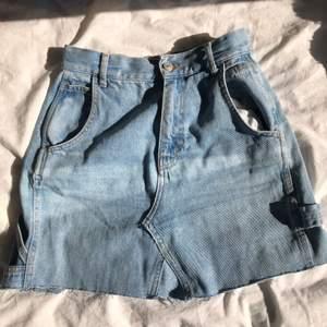 säljer denna coola jeanskjol som jag sytt från ett par jeans men den blev för liten så säljer💕 coola detaljer o fin färg skriv vid frågor