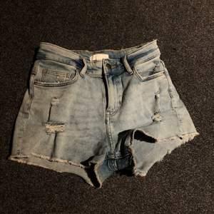 Supermjuka jeansshorts med slitningar från H&M! Sparsamt använda💕