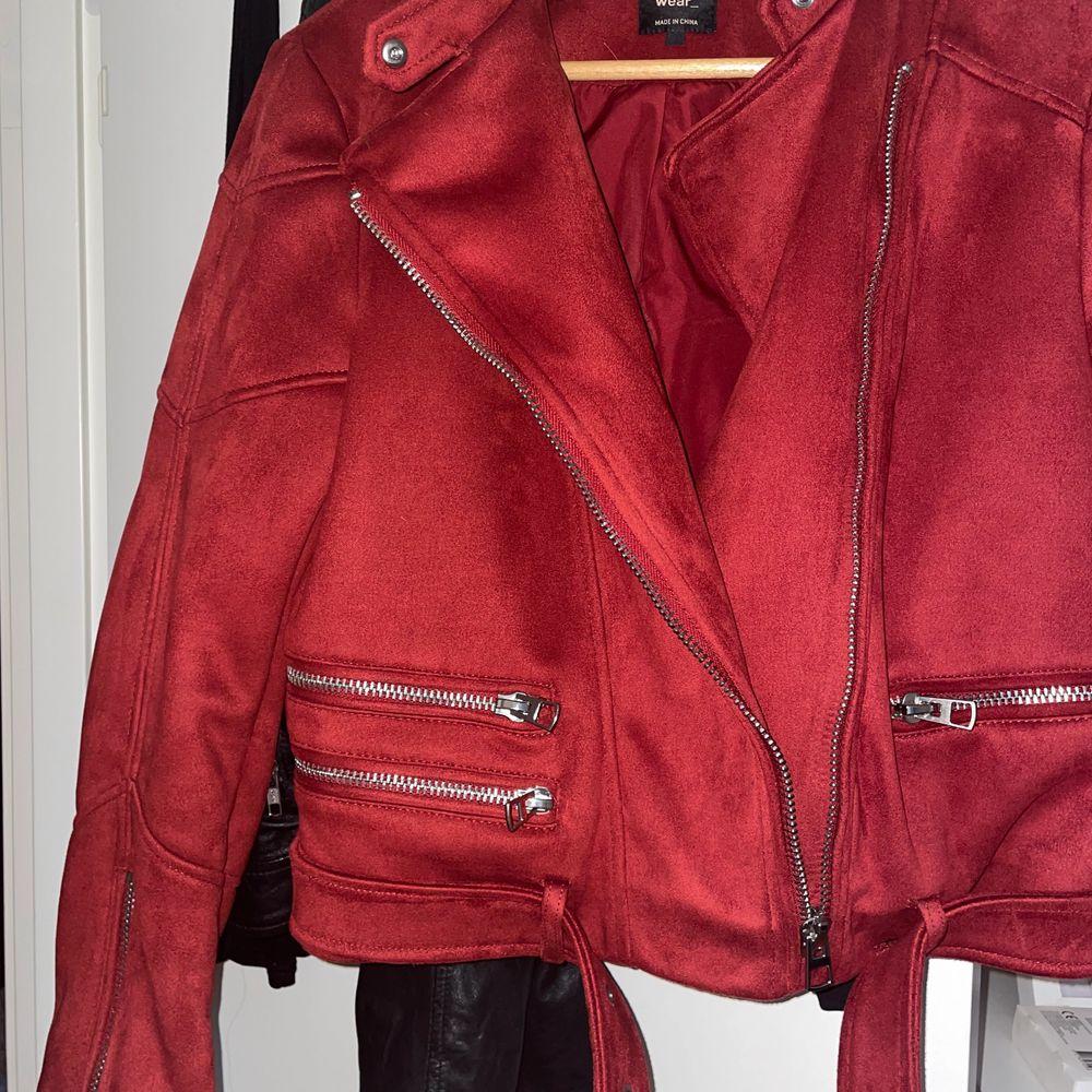 Ursnygg röd jacka! Är endast testad. Jackan är från Zara och står ingen storlek. Men skulle säga att det är en stor M. . Jackor.