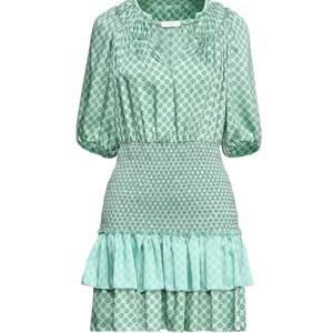 Hej!! Söker denna klänningen ifrån Sandro Paris! Skriv gärna om ni har denna och kan tänka er sälja 💕💕💕💕💕💕