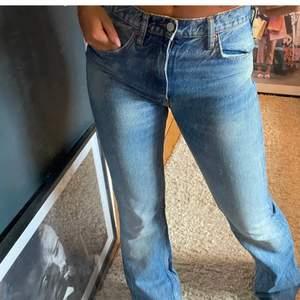 As fina zara jeans jag köpte här på plick som tyvärr va förstora, de e i stl 38 men hon på bilden när oftast 36 och är 1.68cm lång, jätte fint skick!