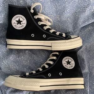 Oanvända svarta Chuck 70 hi! Visade sig vara för stora för mig och därför säljer jag skorna här!