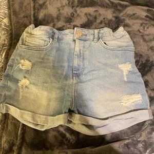 Snygga högmidjade jeansshorts, vet ej vart ifårn