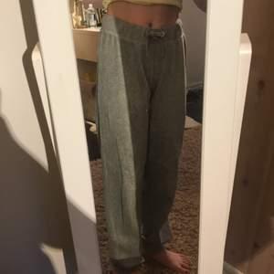 Mjukis byxor 👖 för 90kr. Passar 13-14 åringar och har använt dom cirka 2-3 gånger. Varje  gång jag har använt dom har bara varit hemma.