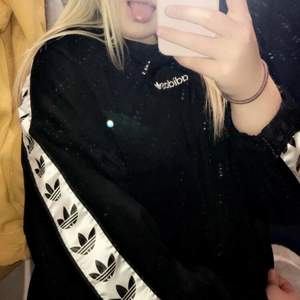 Svart adidas sweatshirt jag verkligen älskat, säljer för att den tyvärr aldrig används längre. Köpt på Urban outfitters för 700💘 Så snygg oversized passform!!