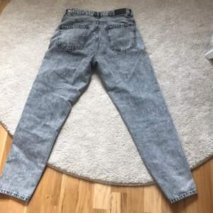 Jeansen är 1-2 år gammal men knappt använda, lite stora i midjan