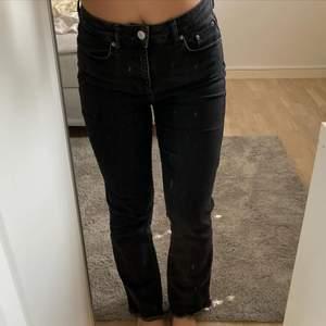 Svarta jeans i bootcut och raka jeans form!!! Fett snygga men sitter lite för stort/löst på mig som oftast bär 34/36 !!