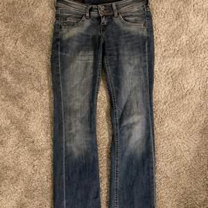 snyggaste lågmidjade jeansen!! W26 L31. Frakten är 66kr eller så möts ja upp i Örebro💕⭐️✨❤️😍