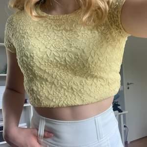 Supersöt gul t-shirt med blommig spets. Använd 1 gång och i superbra skick. Perfekt till sommaren!!💗💗