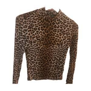 Långärmad leopard mönstrad tröja i storlek XS med stretchigt material som sätter sig efter kroppen, turtleneck. Köparen står för frakten 🥰🥰