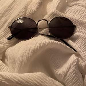Säljer mina solglasögon från H&M. Använda ett par gånger och i bra skick. Inga synliga repor eller skador🌸🌸