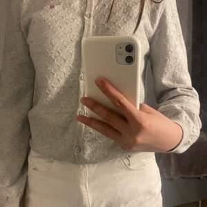 En grå gant kofta som jag knappt har använt. Koftan är i stl 158/164