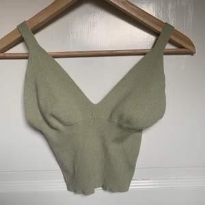 Jättefint stickat linne, tyvärr för litet på mig. 🌸