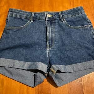Säljer oanvända jeansshorts från H&M i storlek 38. Fraktas om köparen står för priset!