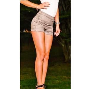 """shorts från """"pieces"""" Sitter otroligt snyggt på mig som har strl XS-S, sitter perfekt!Uppvikta ben, hög midja, dragkedja bak. Två fickor bak. shortsen är """"shiny"""" / coatade. Använda men i fint skick!   Maskintvätt 30c. 62% bomull, 36% polyester, 2% Elastan"""
