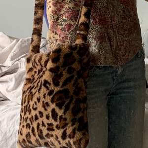 Axelväska med leopard mönster , 40kr frakt